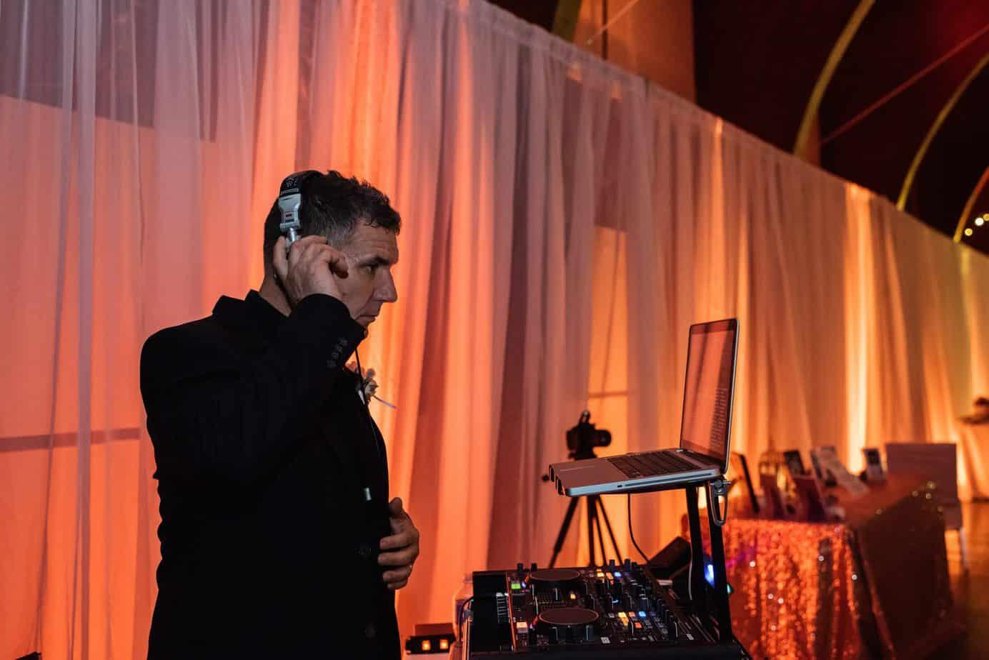 wedding-DJ-working